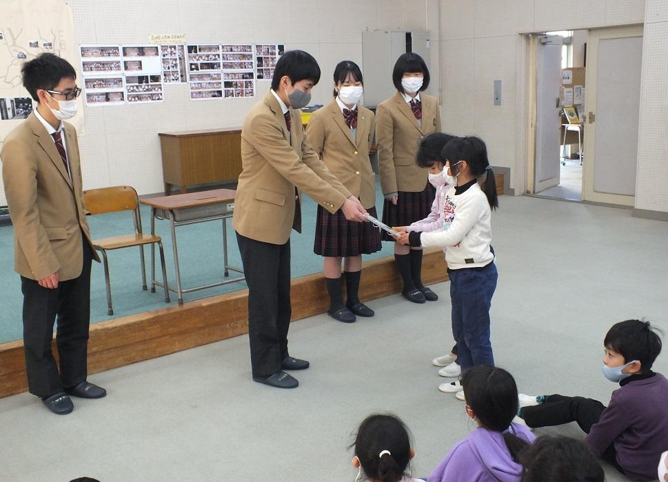 探究学習で附属幼稚園、伊太小でオリジナル絵本の読み聞かせ!