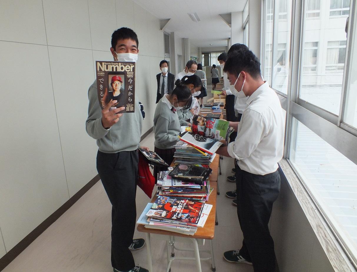 樟風祭ウイーク図書委員会の古雑誌市、おおいに賑わう!